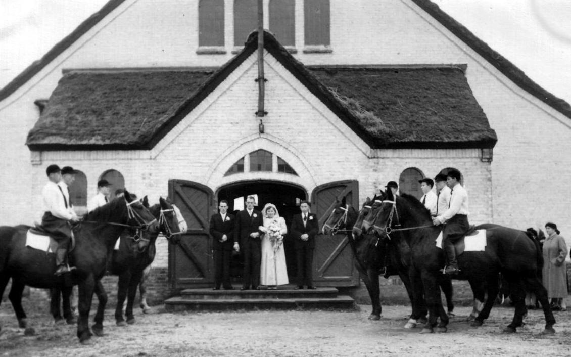 NHE - 02.122 bruidspaar in deuropening noodkerk