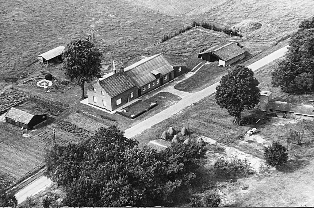 NHE - 00.816 luchtfoto boerderij Louis van de Mortel